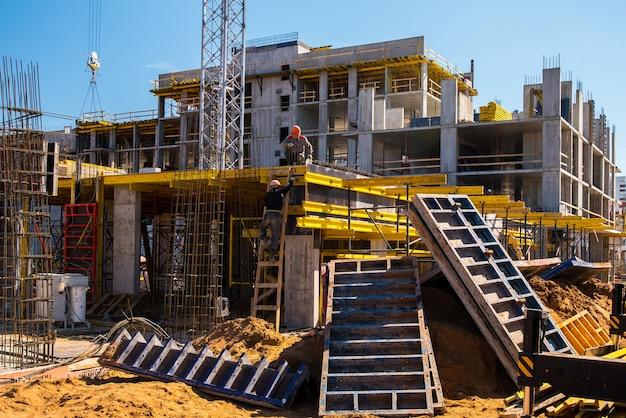 Versterkt frame van een nieuw monolithisch huis in aanbouw