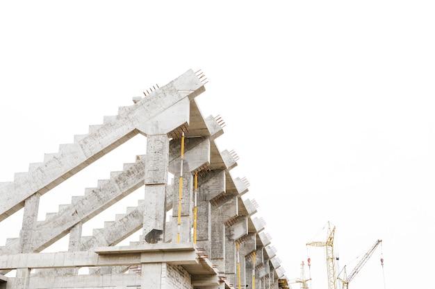 Versterkte betonnen constructie met blauwe lucht