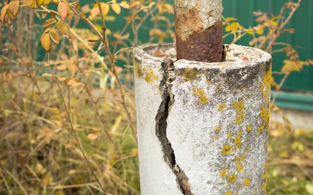 Versterkte betonpijler met een scheur; ferroconcrete kolom