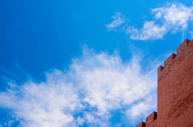 Versterkte kasteelmuur op blauwe hemel als achtergrond