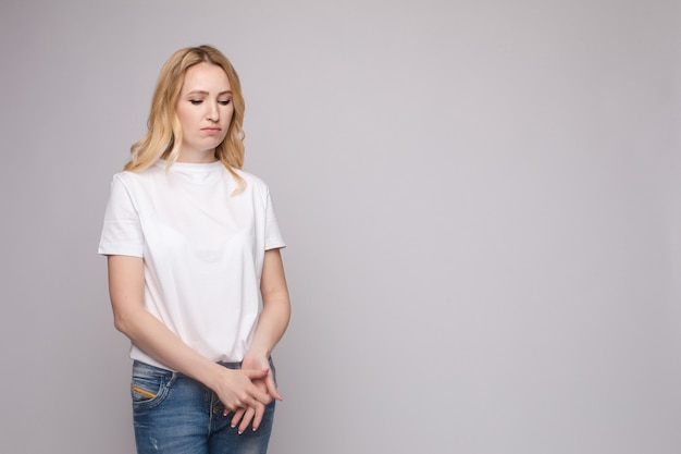 Verstoor jonge mooie vrouw die zich met gekruiste geïsoleerde handen bevinden