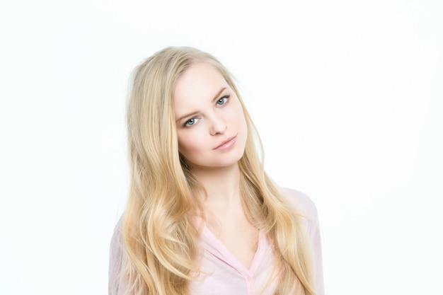 Verstoorde blonde op een witte achtergrond