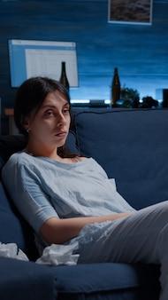 Verstoorde gefrustreerde depressieve vrouw verzonken in fychotische gedachten, denkend aan eenzaamheid, bezorgd over mij...