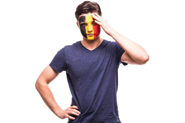 Verstoorde verliezerfan steun van het belgische nationale team met geschilderd gezicht dat op witte achtergrond wordt geïsoleerd
