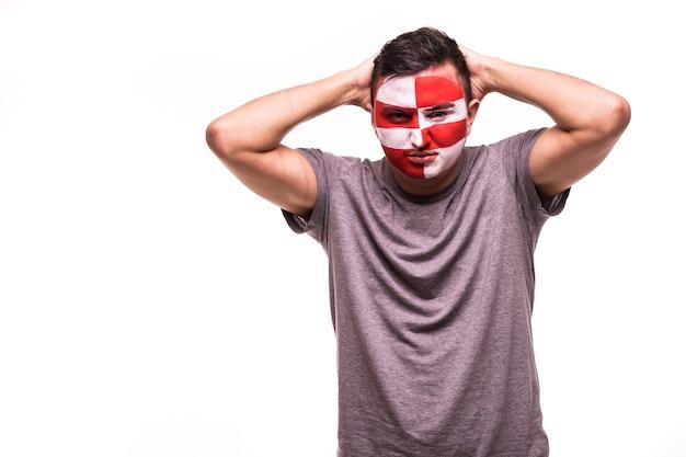 Verstoorde verliezerfansteun van het nationale team van kroatië met geschilderd gezicht dat op witte achtergrond wordt geïsoleerd