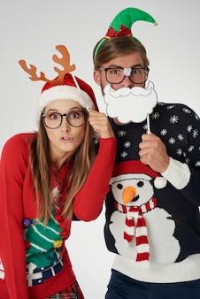 Verstopt achter grappige kerstmaskers