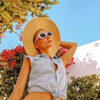 Vertel me over de canarische eilanden retro beach mood girl in stijlvolle accessoires en tropische locatie