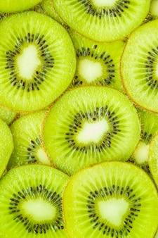 Verticaal beeld, plat leggen van plakjes kiwi.