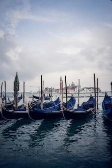Verticaal beeld van blauwe gondels in een haven overdag