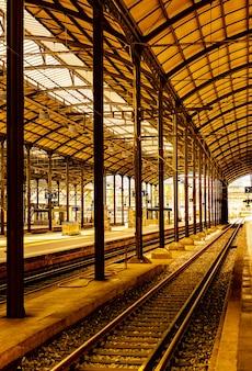 Verticaal beeld van een treinstation onder het zonlicht in zwitserland