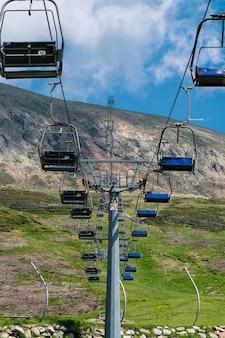 Verticaal beeld van kabelbanen op een bergpark