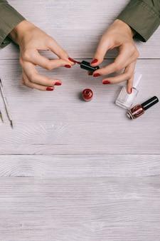 Verticaal beeld van vrouwelijke handen geschilderde spijkers
