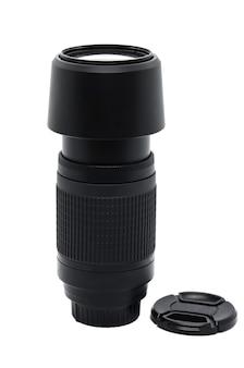 Verticaal close-up van zwarte cameralens telecamera met deksel liggen in de buurt geïsoleerd op wit. schaal voor aanpassing van de brandpuntsafstand. foto-apparatuur.