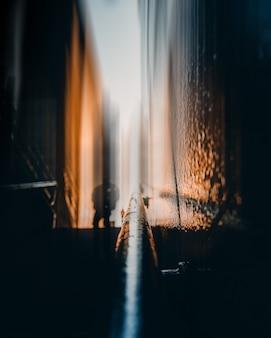 Verticaal close-upschot van een nat zwart traliewerk