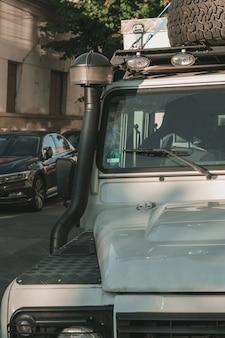 Verticaal close-upschot van een offroad auto met een vage achtergrond