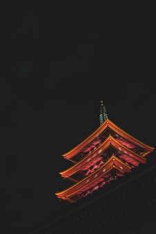 Verticaal laag hoekschot van tempel senso-ji in tokyo, japan tijdens nacht