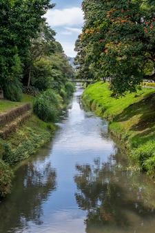 Verticaal landschap van de lambari-rivier in pocos de caldas