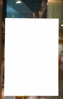 Verticaal opgehangen leeg ruimtereaanplakbord