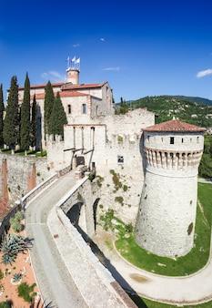 Verticaal panorama van het hoofdgebouw van het kasteel in brescia