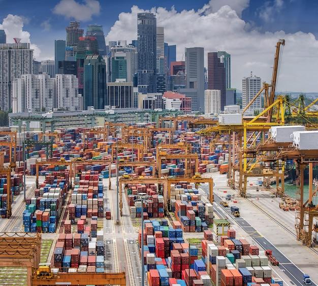 Verticaal panoramisch bovenaanzicht op de haven van singapore