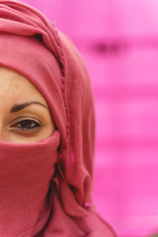 Verticaal portret van moslimvrouw die hiyab draagt met geopende ogen. culturele diversiteit en religie.