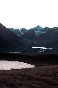 Verticaal schot van chandra tal lake, himalaya, spiti valley in een sombere dag