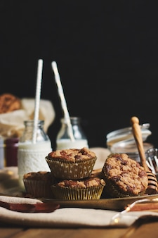 Verticaal schot van chocolademuffins met honing en melk