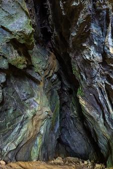 Verticaal schot van de bemoste natuurlijke rotsvormingen in de gemeente skrad in kroatië