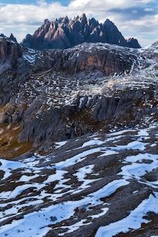 Verticaal schot van de berg rocca dei baranci in italiaanse alpen onder de bewolkte hemel