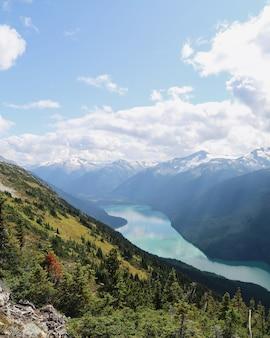 Verticaal schot van de bergen van whistler met een rivier die tussen in brits colombia, canada stroomt