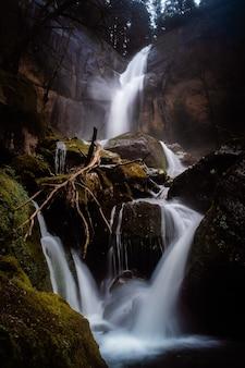 Verticaal schot van de beroemde prachtige golden falls in oregon op een regenachtige dag