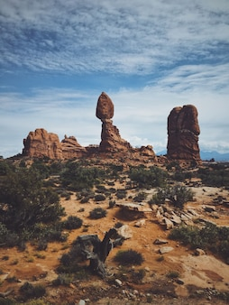 Verticaal schot van de evenwichtige rots in bogen nationaal park, op een bewolkte dag