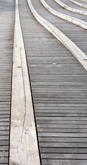 Verticaal schot van de houten loopbrug overdag
