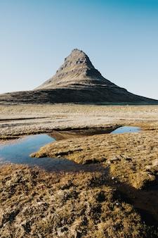 Verticaal schot van de kirkjufell-berg in de stad grundarfjordur in ijsland