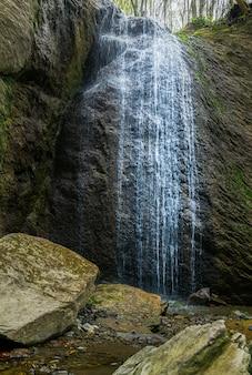 Verticaal schot van de waterval sopot in de berg medvednica in zagreb, kroatië