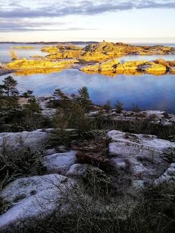 Verticaal schot van een betoverend meerlandschap in stavern, noorwegen