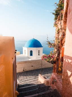 Verticaal schot van een blauwe koepel in santorini, griekenland