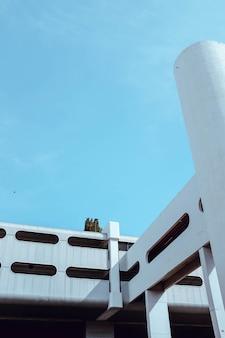 Verticaal schot van een exotisch wit `gebouw onder de blauwe hemel