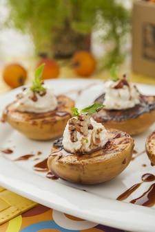 Verticaal schot van een gezond en evenwichtig gastronomisch dessertvoedsel