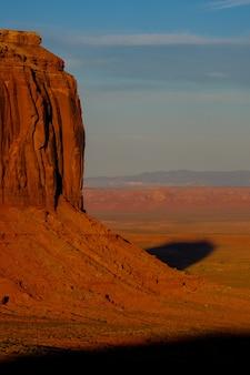 Verticaal schot van een grote mooie woestijnklip op een zonnige dag