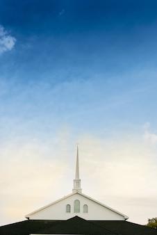 Verticaal schot van een kerk met een blauwe bewolkte hemel