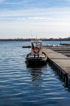 Verticaal schot van een kleine aangemeerde boot overdag