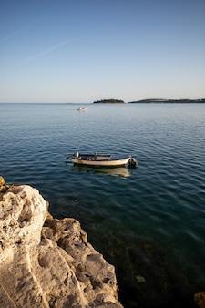 Verticaal schot van een kleine boot op een blauwe oceaan
