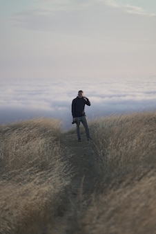 Verticaal schot van een mannetje dat de camera bovenop de berg bekijkt. tam in marin, californië
