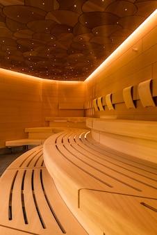 Verticaal schot van een mooi ontwerp van de saunaruimte