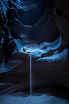 Verticaal schot van een mooie grot met stromend zand in het donker in antelope canyon, usa