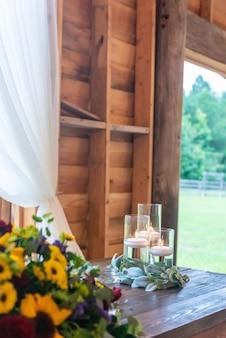 Verticaal schot van een mooie opstelling van de huwelijkstafel met kaarsen en kleurrijke bloemendecors