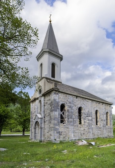 Verticaal schot van een orthodoxe kerk in stikada, kroatië