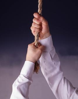 Verticaal schot van een persoon die aan een touw vasthoudt