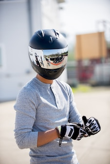 Verticaal schot van een persoon die een motorfietshelm draagt